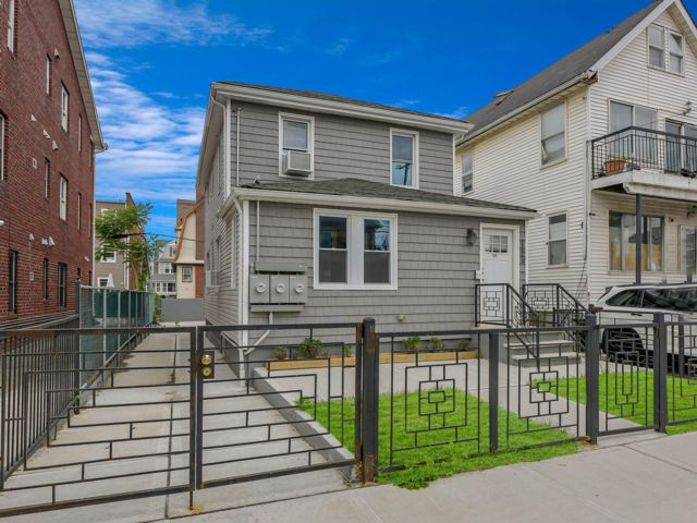 6 BR,  3.00 BTH  2 story style home in Rockaway Park